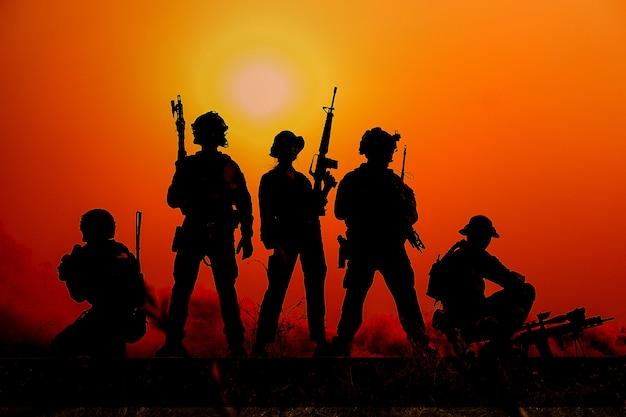 La silhouette d'un soldat militaire avec le coucher du soleil