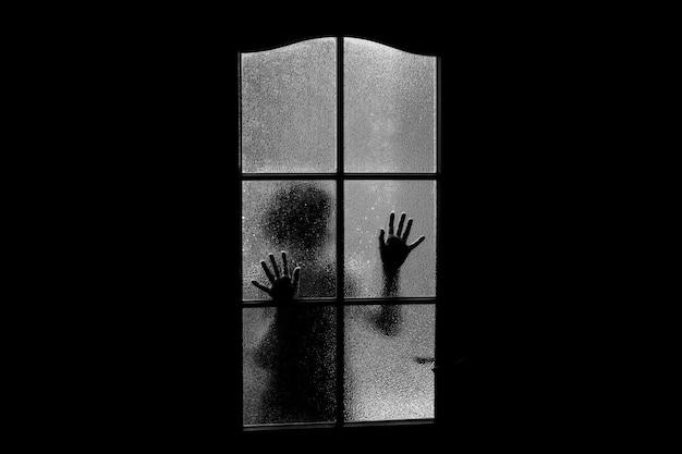 Silhouette sombre de la fille derrière la vitre.