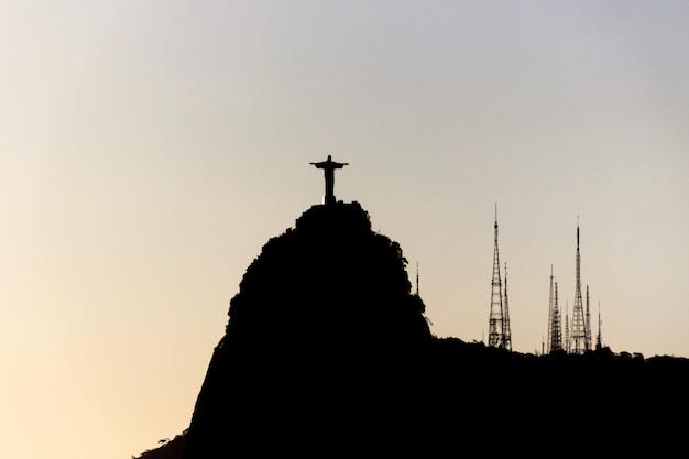 Silhouette de la statue du christ rédempteur à rio de janeiro, brésil