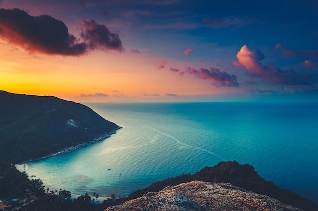 Silhouette thaïlande île de coucher de soleil aérienne baie de la mer à la côte de la plage de sable de la forêt tropicale des hautes terres de koh
