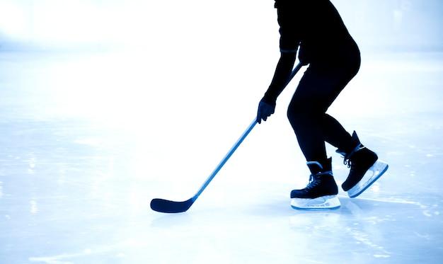 Silhouette tir jeu de hockey sur glace dans le jeu de la saison d'hiver