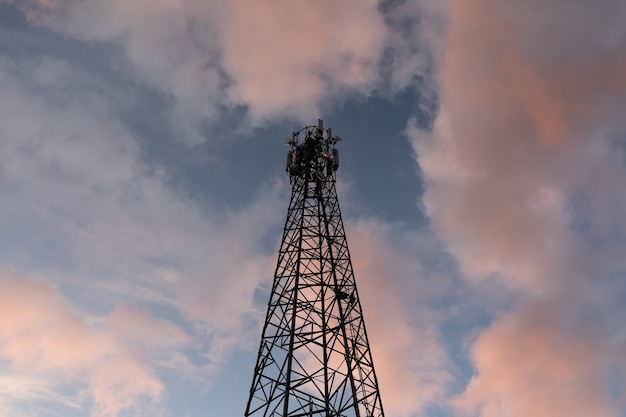 Silhouette de tour de communication avec ciel du soir sur fond