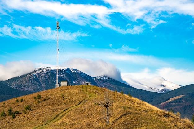 La silhouette d'une tour de télécommunications