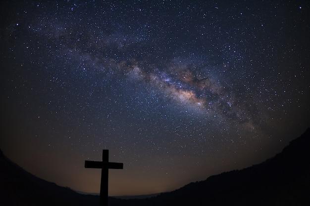Silhouette de traverser sur fond de voie lactée