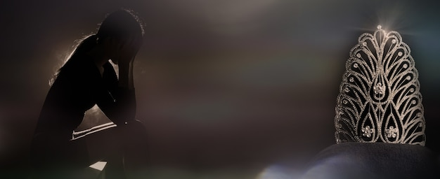 Silhouette triste jeune femme fatiguée touchant le front du stress bouleversé non qualifié ou éliminé du concours miss beauty pageant queen. la fille a des problèmes avec le problème, le chagrin du concept, l'espace de copie