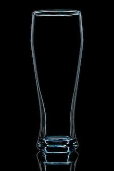 Silhouette de verre à bière bleu avec un tracé de détourage sur fond noir.