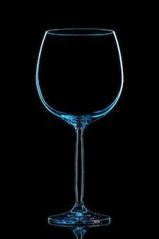 Silhouette de verre à vin bleu avec chemin de détourage sur fond noir.
