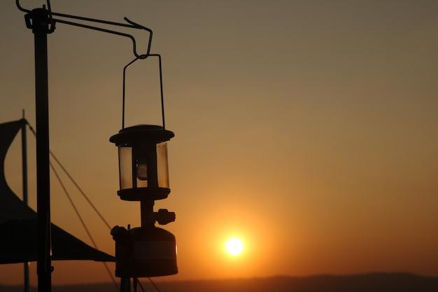 Silhouette vieille lampe en vue de la lumière du coucher du soleil