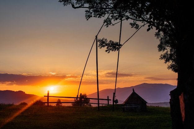 Silhouette de village au coucher du soleil