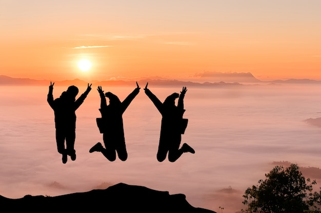Silhouettes d'amis sur le sommet de la montagne. sport et concept de vie active