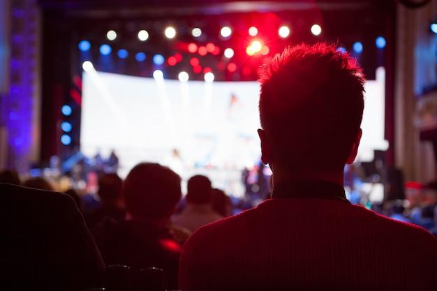 Silhouettes au concert devant les lumières de la scène