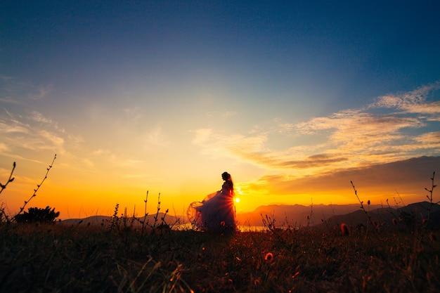 Silhouettes au coucher du soleil sur le mont