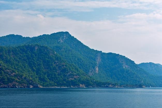 Silhouettes bleues de montagnes sur la côte égéenne. turquie