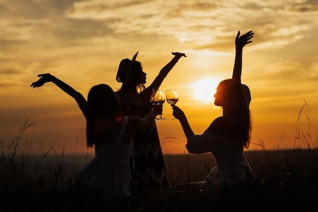 Silhouettes de copines sur pique-nique d'été