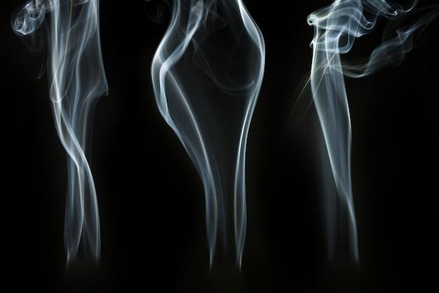 Silhouettes de fumée avec des formes ondulées