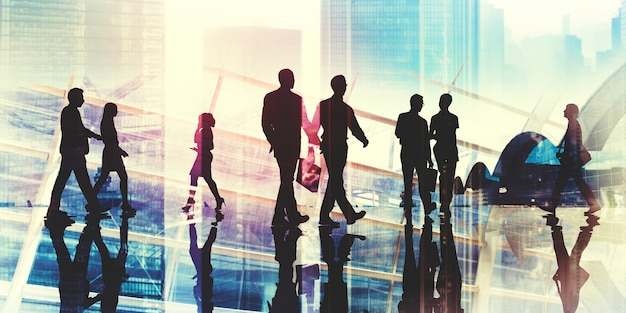 Silhouettes de gens d'affaires marchant à l'intérieur du bureau