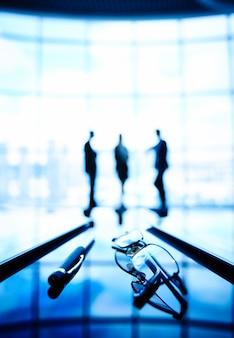 Silhouettes de gens d'affaires parler de la réunion