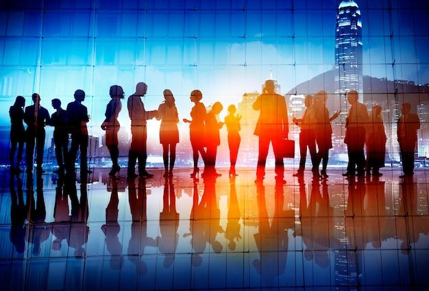 Silhouettes de gens d'affaires travaillant