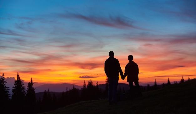 Silhouettes d'un homme et femme touristes