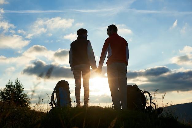 Silhouettes d'homme et femme