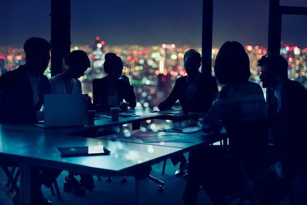 Silhouettes de personnes au travail au bureau