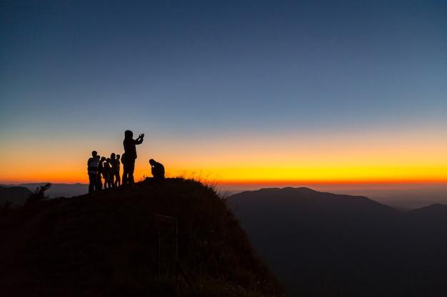 Silhouettes de personnes sur les montagnes