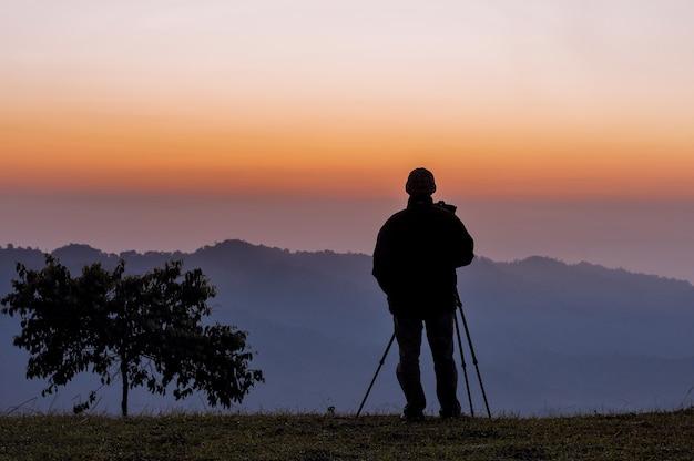 Silhouettes de photographe avec beau ciel