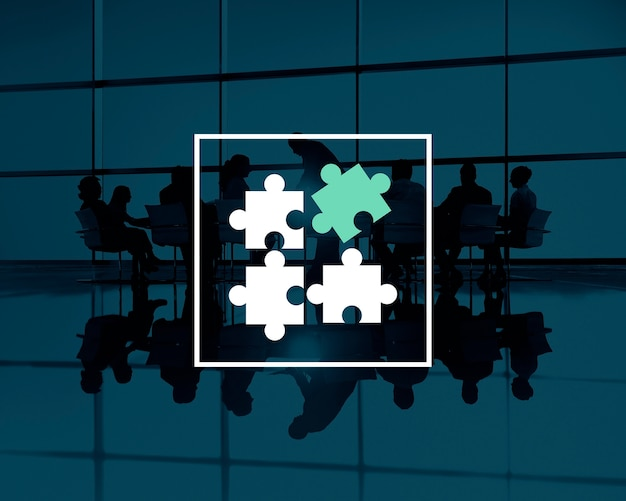 Silhouettes de travail d'équipe d'affaires avec des pièces de puzzle