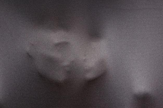 Silhouettes vagues de visages humains