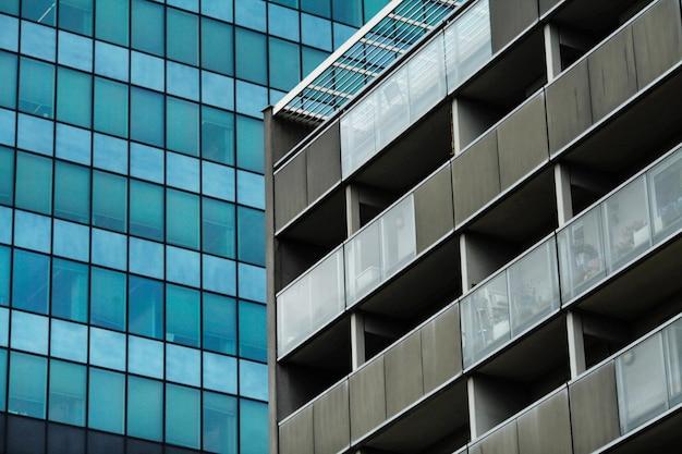 Silhouettes de verre modernes de gratte-ciel de la ville