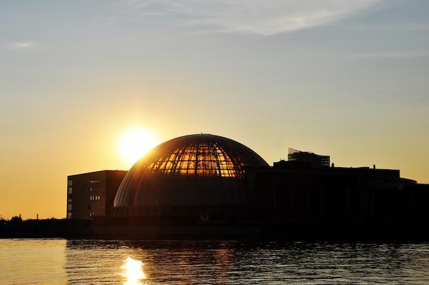 Silhouettes de la ville au coucher du soleil