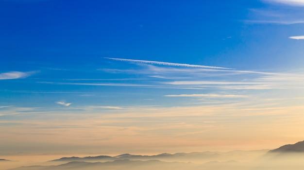 Silhoutte de montagne sur les nuages