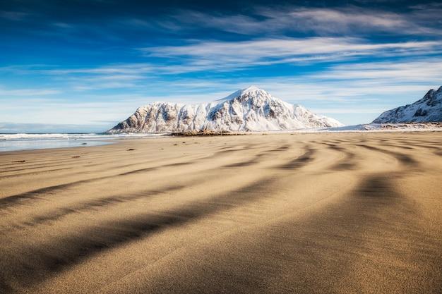 Sillon de sable naturel avec montagne enneigée et ciel bleu