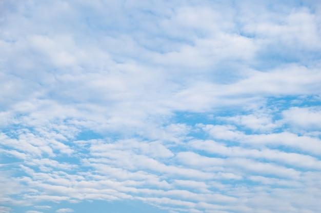 Sillon de la vague de nuages strie dans le ciel