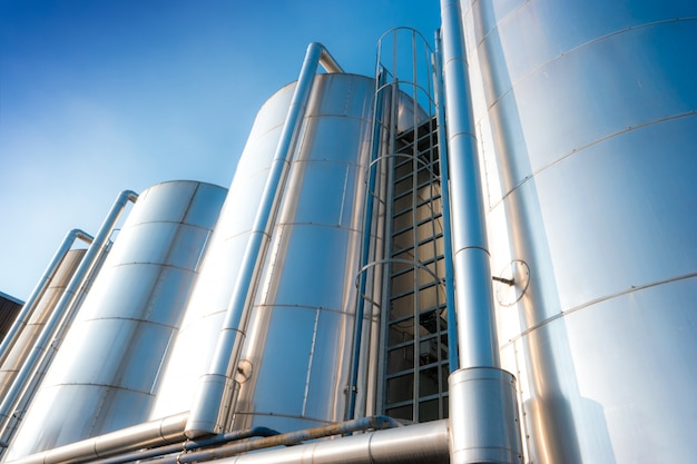 Silos métalliques d'une usine de produits chimiques