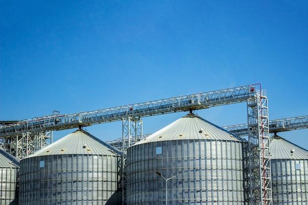Silos de stockage pour produits céréaliers agricoles. stockage industriel des matières premières dans des silos.