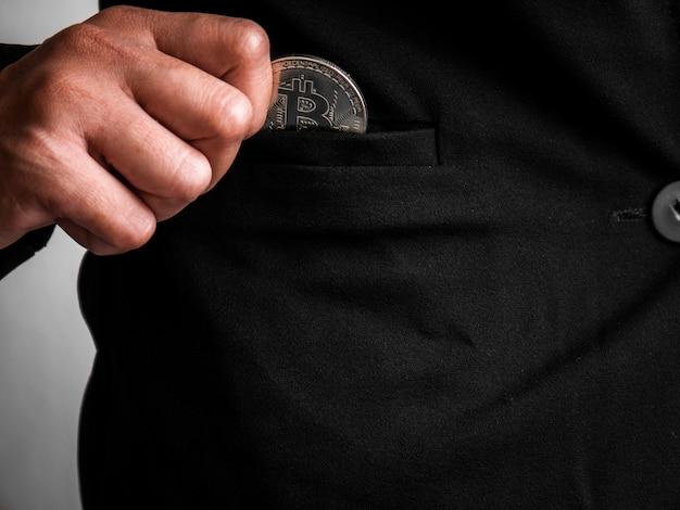Silver bitcoin a été placé dans le costume noir.