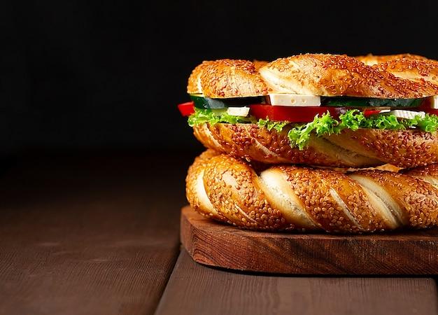 Simit bagel turc traditionnel, petit-déjeuner, sur une table en bois, rustique, horizontal, pas de gens ,. photo de haute qualité