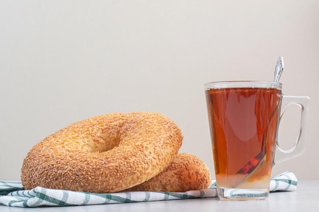 Simit avec des graines de sésame et un verre de thé. photo de haute qualité