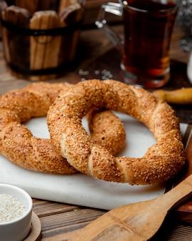 Simit turc à base de pâte à air saupoudrée de graines de sésame
