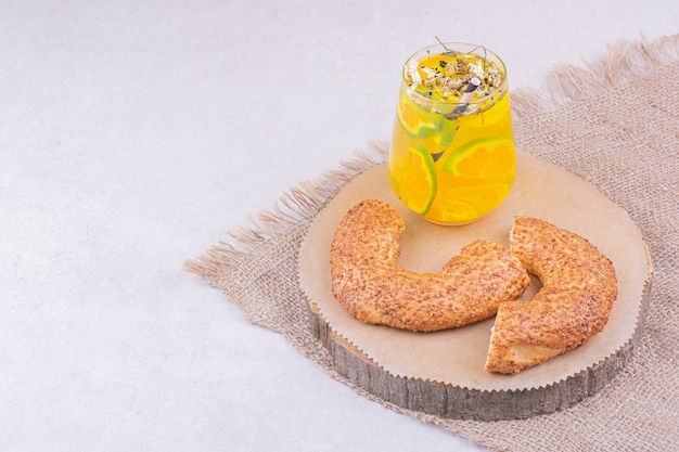 Simit turc dans un plateau avec un verre de limonade.