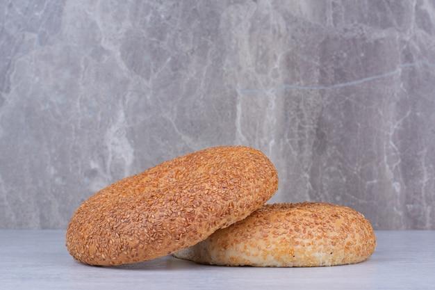 Simits turcs aux graines de sésame sur table en marbre.