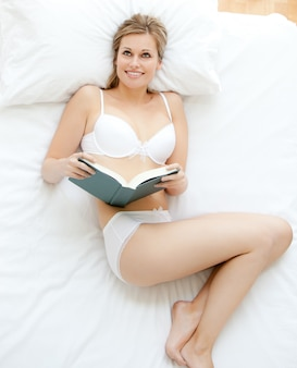 Simper femme lisant un livre
