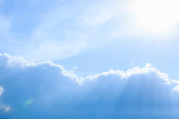 Simple beau ciel bleu sombre avec des nuages duveteux le matin d'été paisible comme arrière-plan g ...
