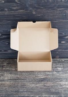 Une simple boîte en carton ouverte fabriquée à partir de déchets de papier recyclé