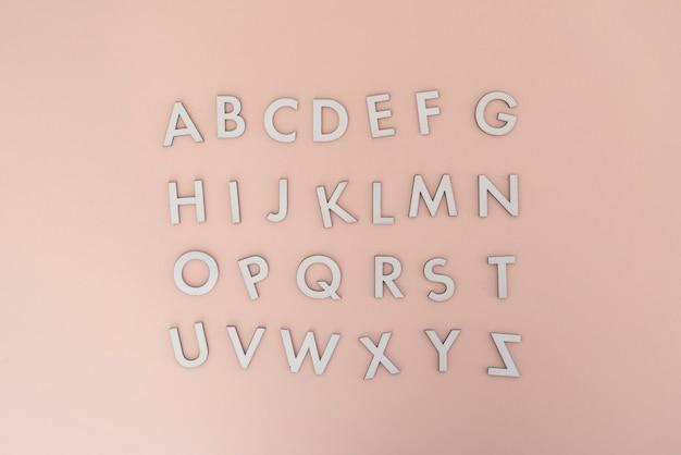Une simple découpe de lettres de l'alphabet anglais à plat