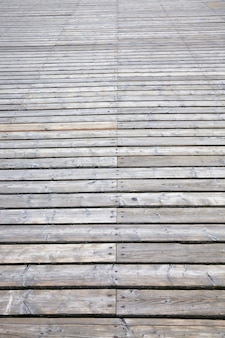 Une simple route en bois pour la circulation des piétons et des personnes, stylisée dans le vieux pays