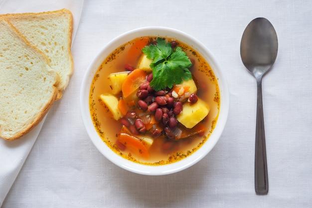 Une simple soupe de légumes aux haricots rouges. vue de dessus.
