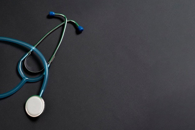 Un simple stéthoscope de médecine sur la table à plat vue d'en haut