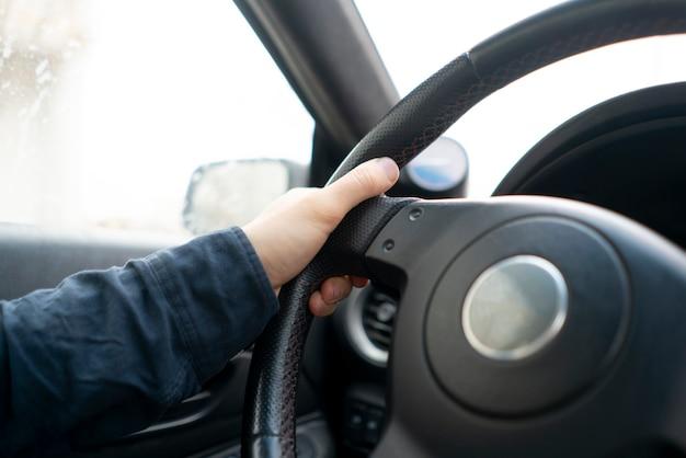 Un simple volant de voiture abstraite mains conduisant un véhicule